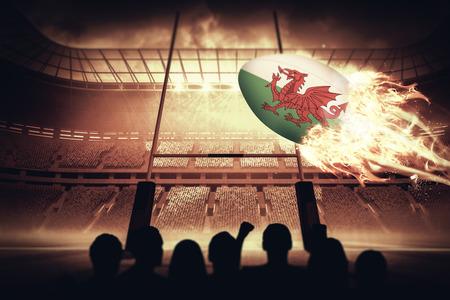 pelota rugby: Siluetas de los aficionados al fútbol contra el campo de rugby