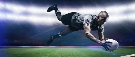 pelota rugby: Salto de deporte para la captura de pelota de rugby contra el estadio de rugby