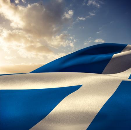 scottish flag: Sventolando la bandiera scozzese contro il cielo blu con nuvole
