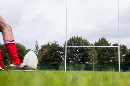 pelota rugby: El jugador de rugby patear la pelota en el parque Foto de archivo