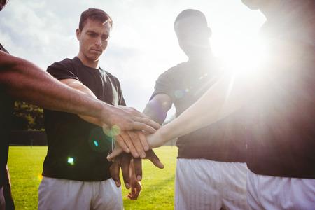 Rugbyspelers staan samen voor de wedstrijd in het park