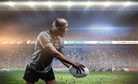 pelota rugby: Deportista de rugby de juego contra el estadio de rugby