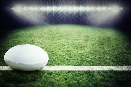 pelota rugby: pelota de rugby contra el campo de rugby Foto de archivo