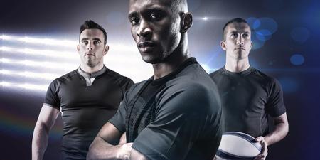 hombre fuerte: Retrato de atleta confidente con los brazos cruzados contra focos