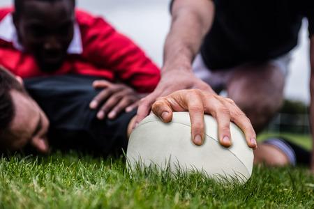 pelota rugby: Jugador del rugbi que anota un intento en el parque Foto de archivo