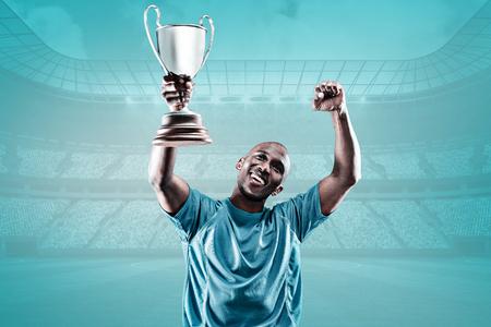 sportsman: deportista feliz mirando hacia arriba y aplaudir mientras sostiene el trofeo contra el fondo azul viñeta Foto de archivo