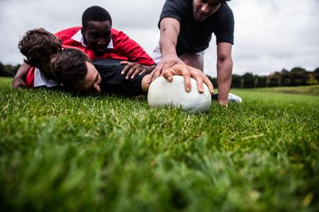 公園でゲーム中に取り組むラグビー選手