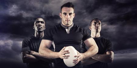 pelota rugby: Jugador de rugby Tough mirando a la cámara contra el cielo azul