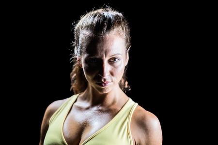 and athlete: Retrato de ajuste atleta contra el fondo negro