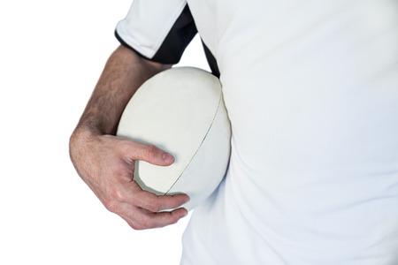 pelota rugby: Sección media de jugador que tiene la pelota de rugby sobre fondo blanco