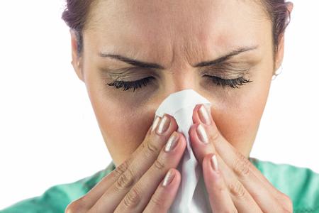 resfriado: Mujer que sufre de fr�o con el tejido de la boca contra el fondo blanco Foto de archivo