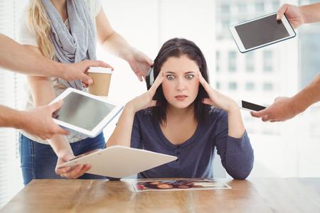 confundido: Empresaria que tiene dolor de cabeza mientras estaba sentado en el escritorio