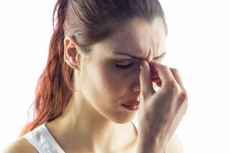 dolor de cabeza: Mujer experimentar dolor de cabeza contra el fondo blanco