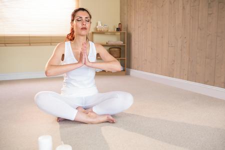 manos unidas: Integral de la mujer meditando con las manos unidas y los ojos cerrados