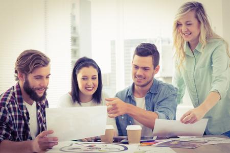 personas trabajando: Hombres de negocios creativos que trabajan en el escritorio en la oficina