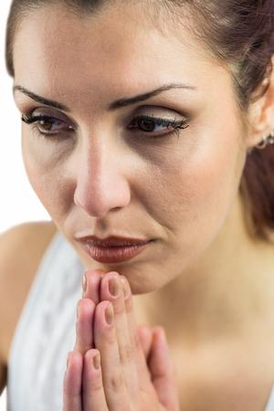 manos unidas: Close-up de la mujer con las manos juntas contra el fondo blanco