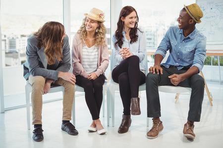 silla: Sonriendo gente de negocios sentado en la silla en la oficina