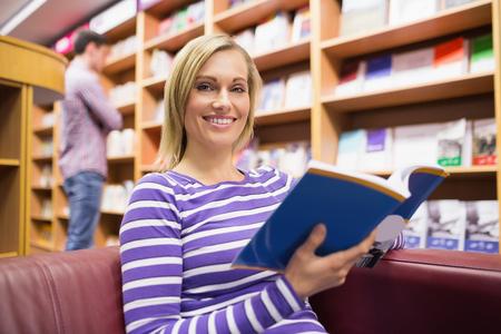 biblioteca: Retrato de joven libro de lectura en la biblioteca