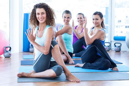 columna vertebral: Retrato de la mujer alegre que hace torcer la columna vertebral plantean en la estera del ejercicio