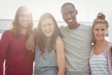trato amable: Retrato de gente sonriente con los brazos alrededor