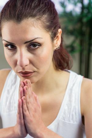 manos unidas: Retrato de mujer segura de sí con las manos juntas