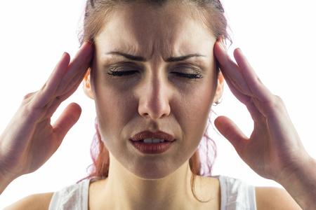 dolor de cabeza: Primer plano de la mujer que tiene dolor de cabeza contra el fondo blanco
