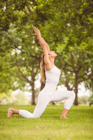 manos levantadas: Carrocer�a de la mujer se extiende con las manos levantadas en el parque