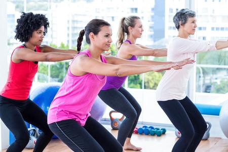 ejercicio: Vista lateral de mujeres que ejercen en el gimnasio Foto de archivo