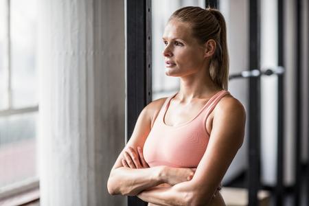 mujer reflexionando: Mujer seus muscular pensando en el gimnasio de crossfit