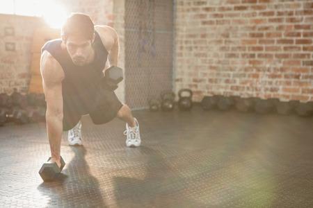 집중 남자 체육관에서 아령 운동