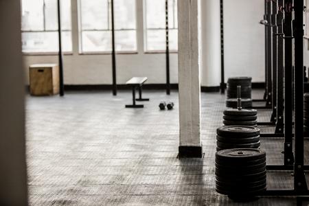 gimnasio: placas de disco de mancuerna dispuestos en el gimnasio