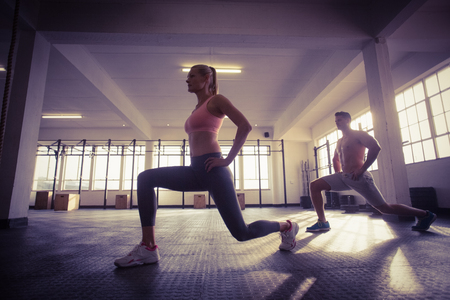 f�sico: Dos personas en forma haciendo fitness en el gimnasio de crossfit Foto de archivo