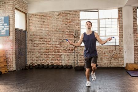 ropa deportiva: Saltarse el hombre con ropa deportiva en el gimnasio