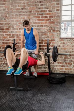 men exercising: Los hombres que ejercitan con mancuerna en el gimnasio