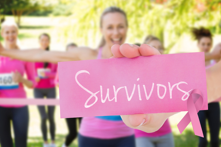 cancer de mama: Los sobrevivientes de palabras y mujer joven que sostiene la tarjeta en blanco contra mujeres sonrientes corriendo para la conciencia del cáncer de mama
