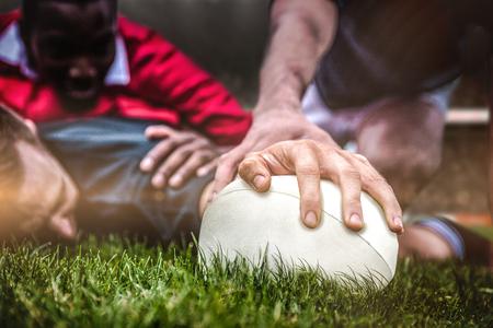 pelota rugby: Los fans de rugby en arena contra el jugador de rugby anotando un try