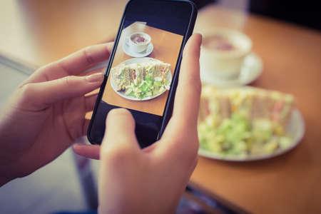 tomando refresco: Fotograf�a de la mujer su almuerzo en el caf�