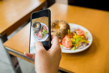 tomando refresco: Fotografía de la mujer su almuerzo en el café