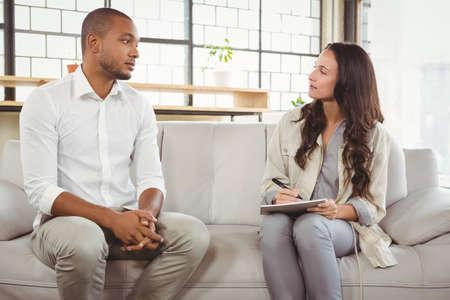 desolaci�n: Consejero escucha paciente mientras est� sentado en la cl�nica LANG_EVOIMAGES