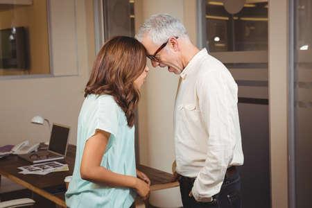 personas discutiendo: Hombres de negocios creativos que discuten por escritorio en la oficina