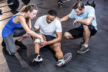 muscle injury: Sporty man having a muscle injury in crossfit gym LANG_EVOIMAGES