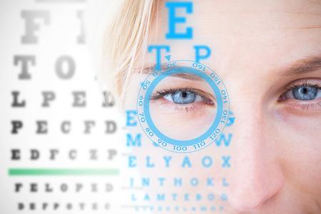 lentes de contacto: Bonita rubia de lentes de contacto aplicar contra interfaz