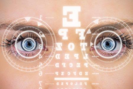 examen de la vista: Primer plano de los ojos azules femeninas contra interfaz Foto de archivo