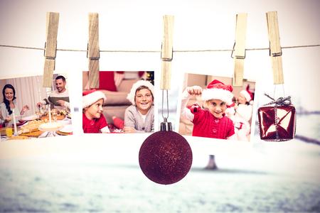 comida de navidad: Colgando fotos de Navidad contra el árbol en el campo vistoso Foto de archivo