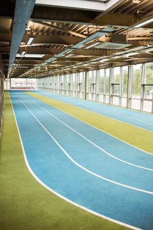 pista de atletismo: Pista de atletismo cubierta en el gimnasio Foto de archivo