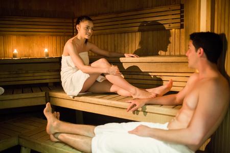 relaxando: Pares que relaxam na sauna no spa