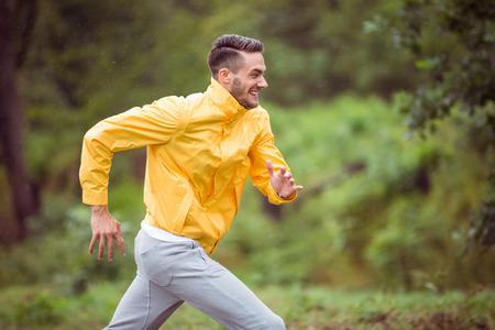 beau mec: Heureux homme courant sur une randonn�e dans la campagne