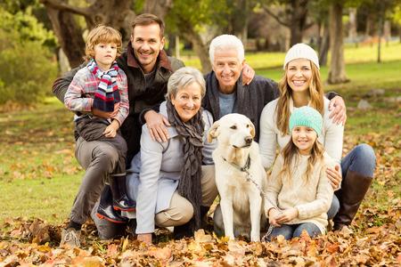 Portrait einer Großfamilie auf einem Herbst Tag