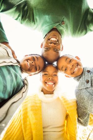 mujeres negras: Familia joven que hace una cabeza c�rculos en un d�a oto�os