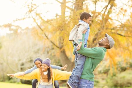 家族: 秋の日に幸せな若い家族のビュー